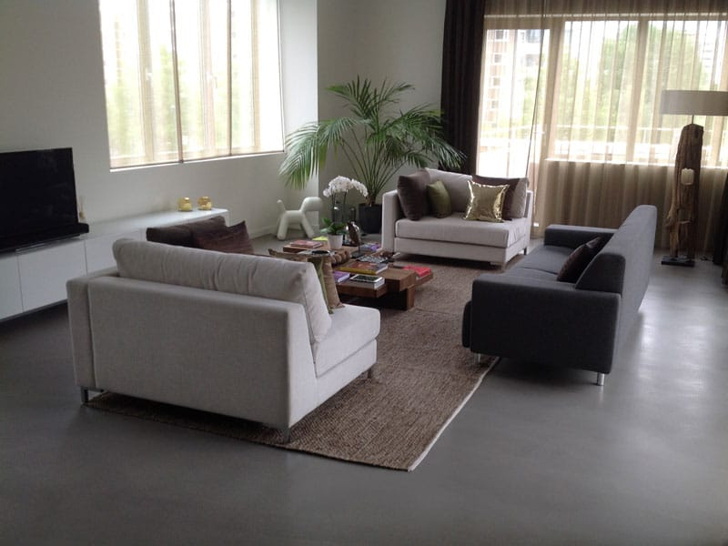 donkergrijze betonlook vloer woonkamer