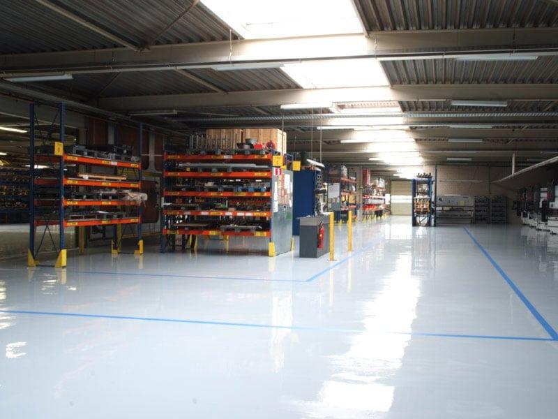 grijze gietvloer bedrijfruimte