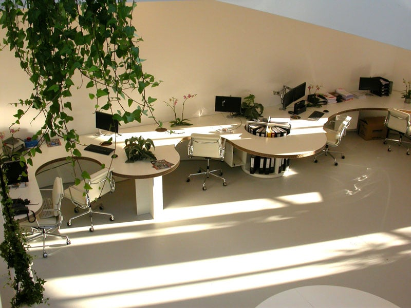 lichtgrijze gietvloer kantoorruimte