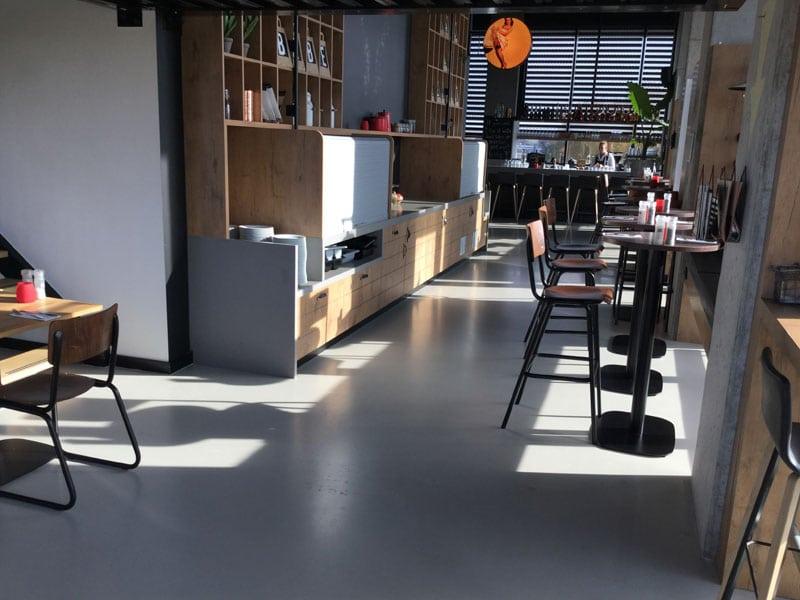 grijze gietvloer in moderne keuken